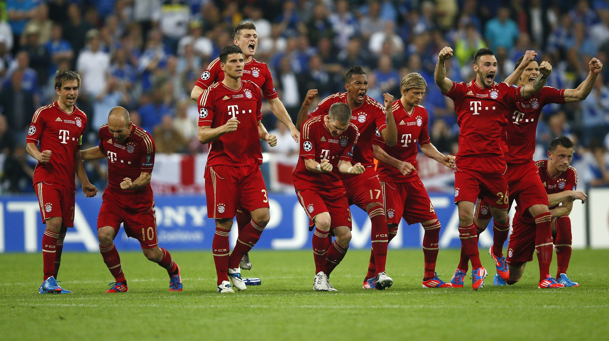 Bayern Munich players celebrate during a penalty shoot-out ...